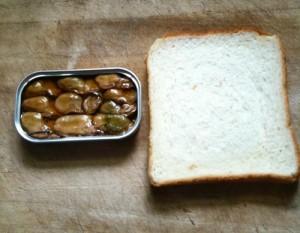 カキのオイル漬けと食パンを用意〜